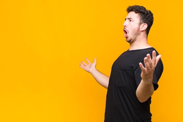 Jeune homme exécutant l'opéra ou chantant lors d'un concert ou d'un spectacle, se sentant romantique, artistique et passionné