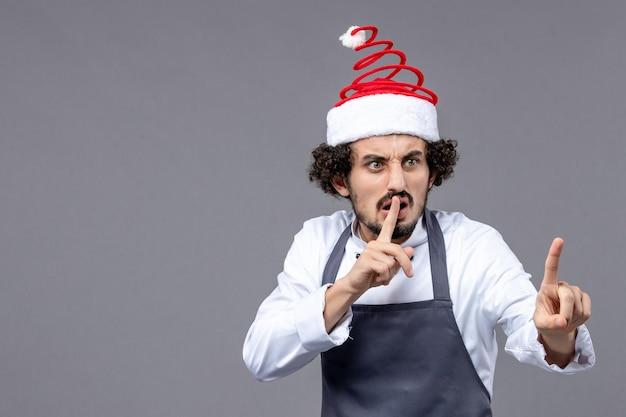 Jeune homme expressif posant pour des vacances d'hiver