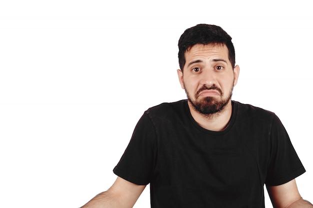 Jeune homme avec une expression confuse.