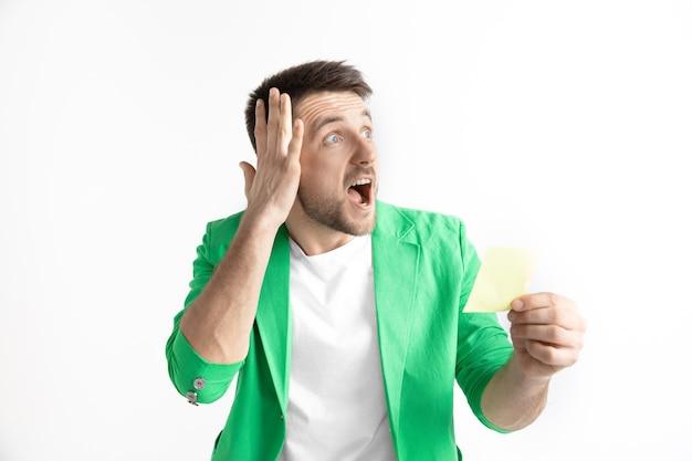 Jeune homme avec une expression surprise a remporté un pari