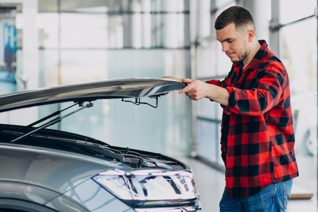 Jeune homme faisant des diagnostics du véhicule