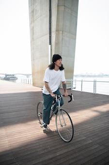 Jeune homme faisant du vélo