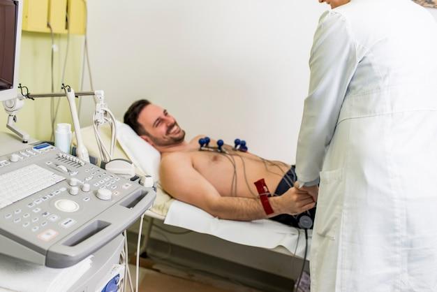Jeune homme faisant un ecg préventif à l'hôpital
