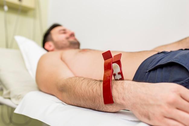 Jeune homme faisant ecg préventif à l'hôpital