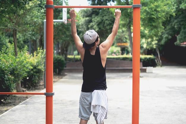 Un Jeune Homme Faisant De L'exercice Dans La Rue à L'extérieur En Faisant Des Exercices Photo Premium