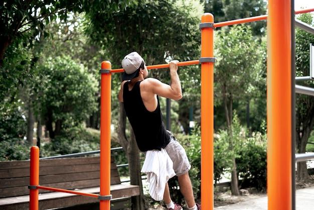 Un jeune homme faisant de l'exercice dans la rue à l'extérieur en faisant des exercices