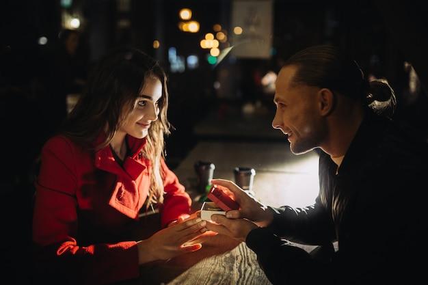 Jeune homme fait une proposition sur un rendez-vous romantique