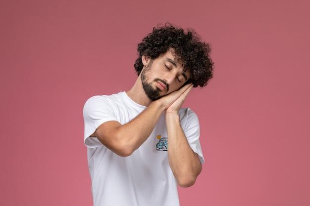 Jeune homme fait une sieste