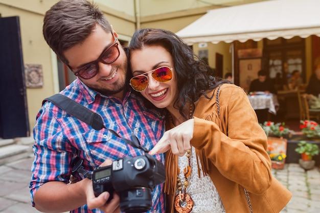 Jeune homme et femme amoureuse voyageant à travers l'europe