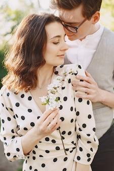 Jeune, homme femme, couple, dans, a, fleurir, jardin