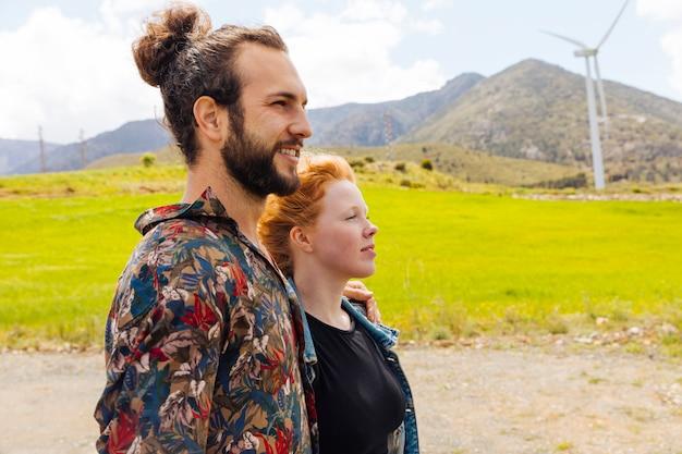 Jeune homme et femme dans la nature
