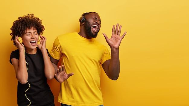 Jeune homme et femme écoutant de la musique dans les écouteurs