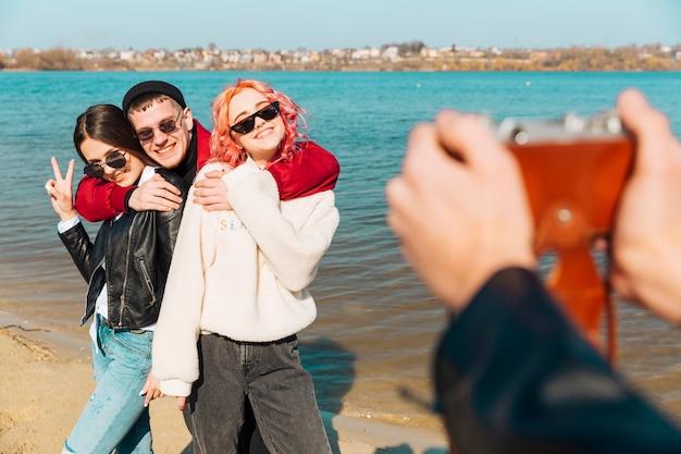 Jeune homme et femme embrassant et posant pour la photo