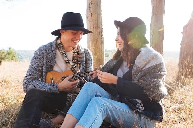 Jeune homme et femme ensemble à l'extérieur
