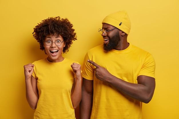 Jeune homme et femme habillés en jaune