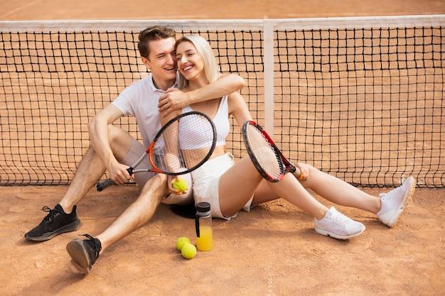 Jeune homme et femme rire