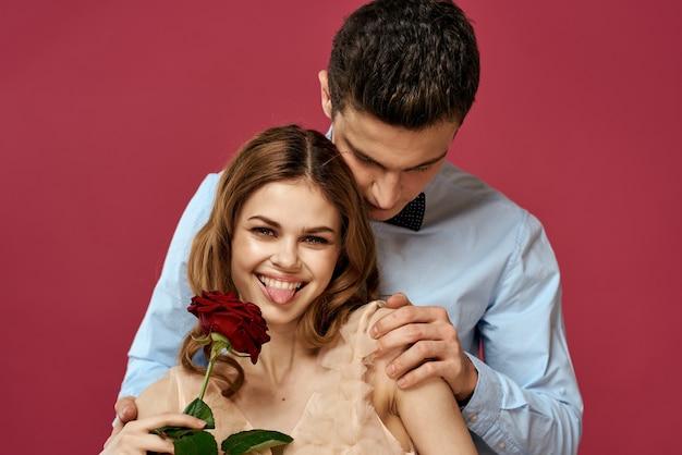 Jeune homme et femme avec une rose