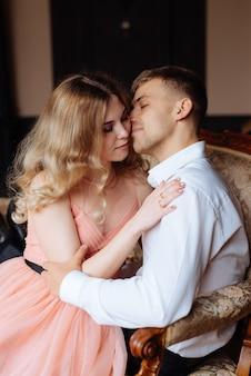 Un jeune homme et une femme s'embrassent dans un intérieur de style loft