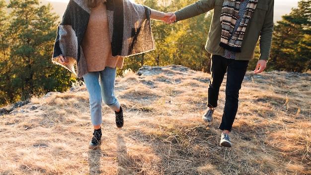 Jeune homme, femme, tenant mains, dehors