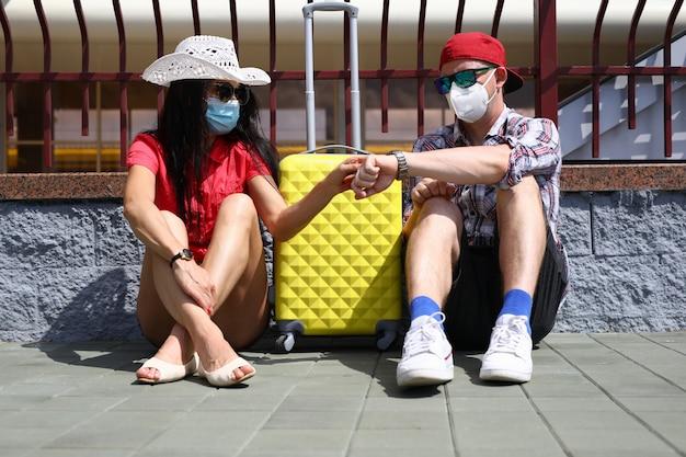 Jeune homme et femme voyagent pendant une pandémie