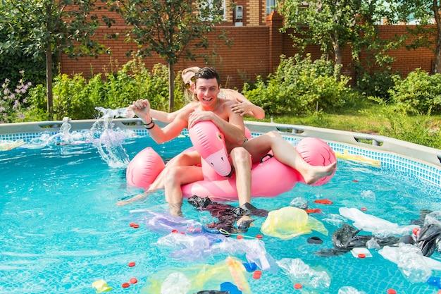 Jeune homme et fille s'amusant pendant que l'environnement est pollué, concept de problème de recyclage du plastique et d'élimination des ordures.