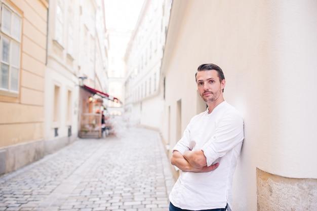 Jeune homme fond la vieille ville européenne prendre selfie
