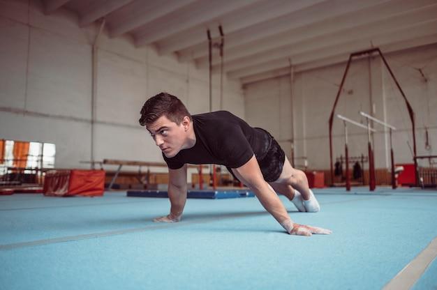 Jeune homme formation avec barres parallèles
