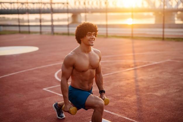 Jeune homme en forme déterminante travaillant tôt le matin
