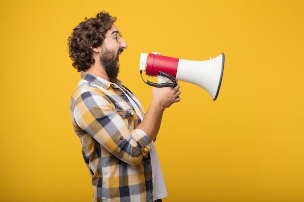 Jeune homme fou fou imbécile pose avec un mégaphone. annonce co