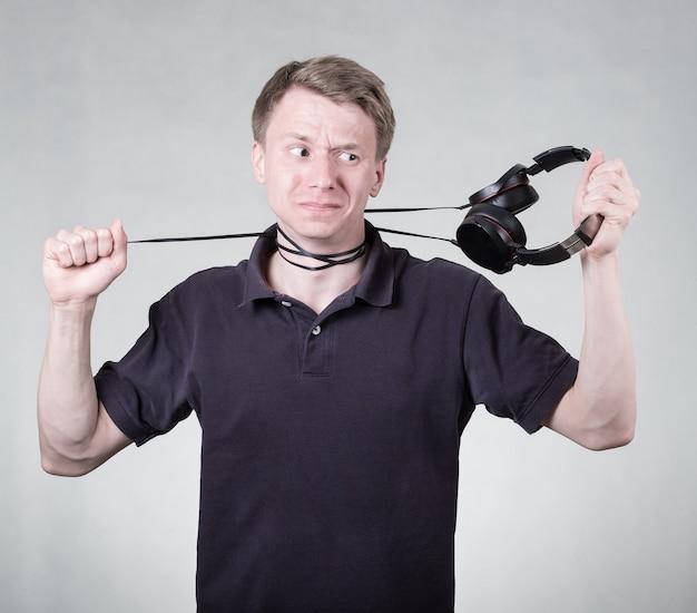 Jeune homme frustré avec un casque isolé