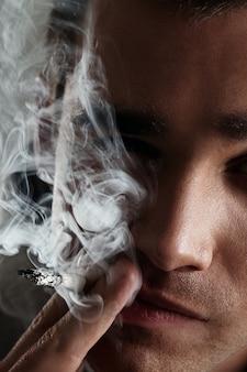Jeune homme, fumer
