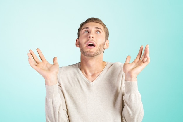 Jeune homme gesticulant «je ne sais pas»