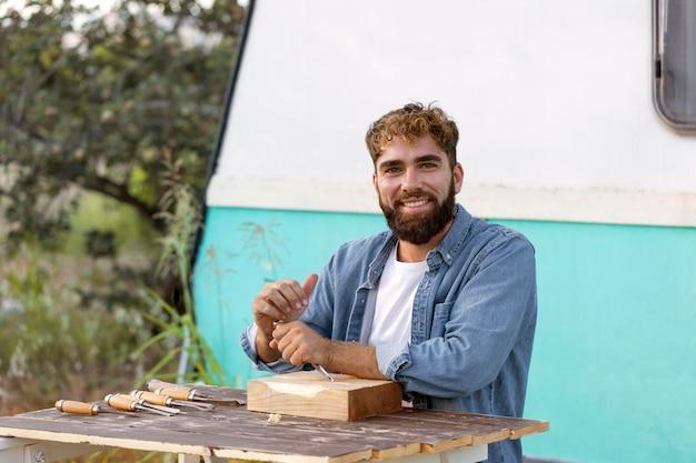 Jeune homme gravure en bois