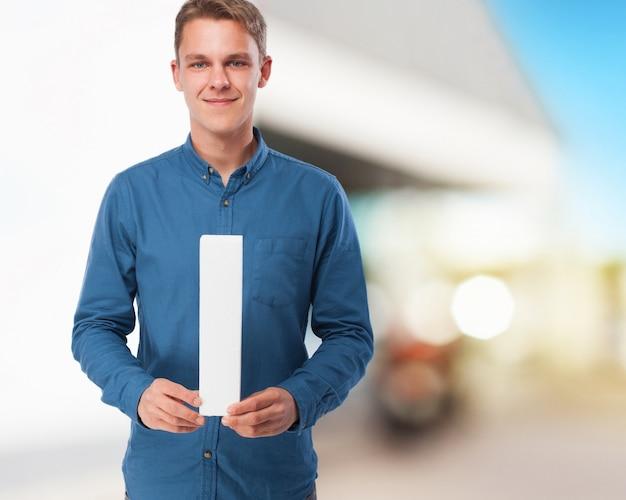 Jeune homme heureux avec la lettre i