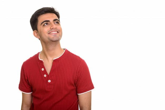 Jeune homme heureux pensant et souriant
