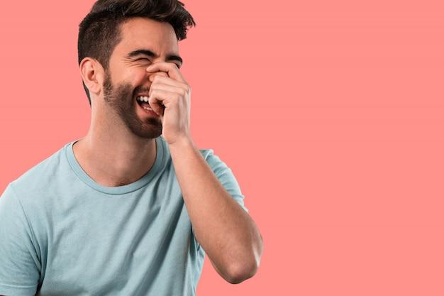 Jeune homme heureux et riant