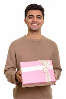 Jeune homme heureux tenant une boîte-cadeau prête pour la saint-valentin