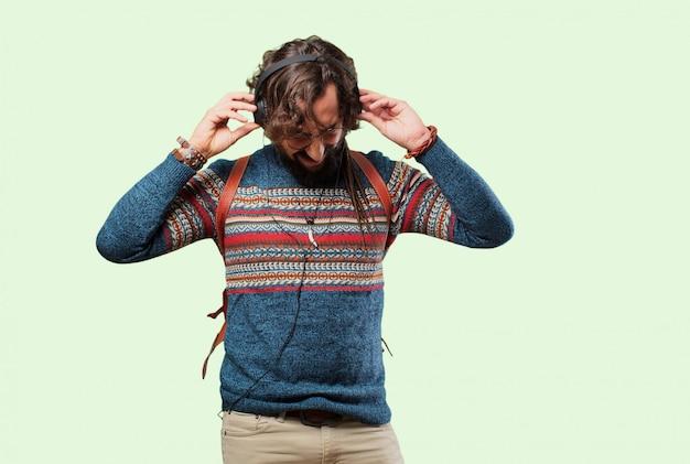 Jeune homme hippie écoute de la musique