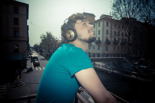 Jeune homme hipster écouter de la musique