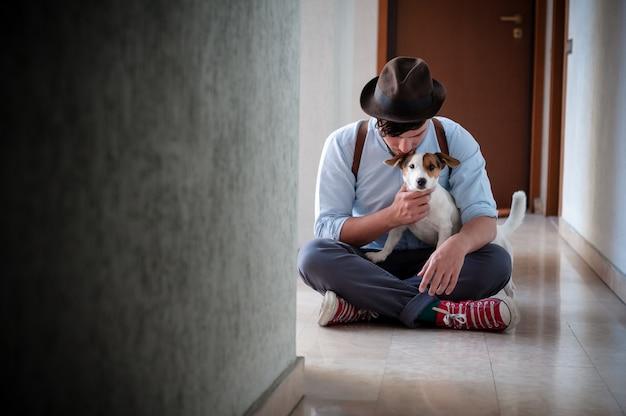 Jeune homme hipster posant avec jack russell chien