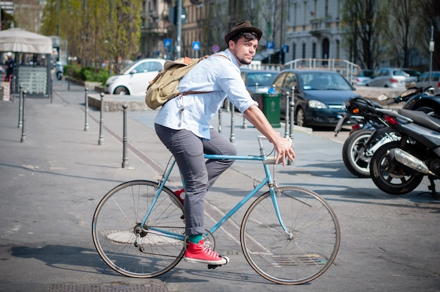 Jeune homme hipster en vélo