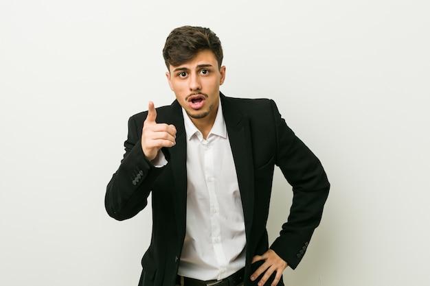 Jeune homme hispanique d'affaires ayant une idée