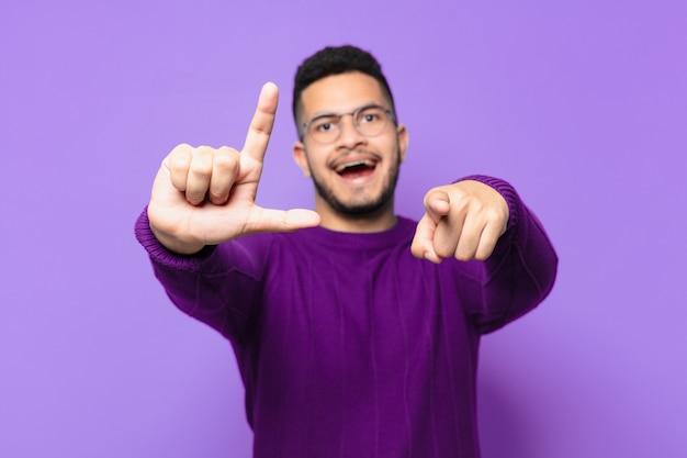 Jeune homme hispanique célébrant une victoire réussie