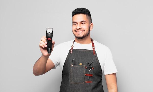 Jeune homme hispanique doutant ou expression incertaine. concept de barbier