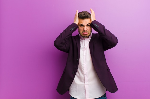Jeune homme hispanique frustré et agacé, malade et fatigué de l'échec, marre des tâches ennuyeuses et ennuyeuses