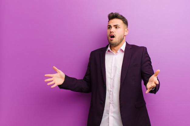 Jeune homme hispanique jouant de l'opéra ou chantant lors d'un concert ou d'un spectacle, se sentant romantique, artistique et passionné