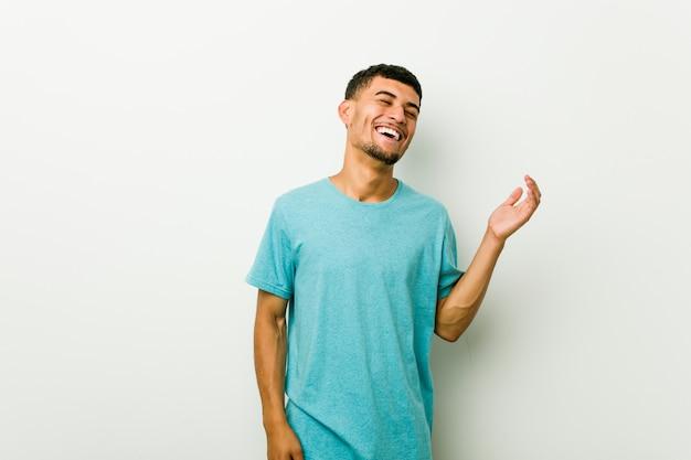 Jeune homme hispanique joyeux rire beaucoup. concept de bonheur.