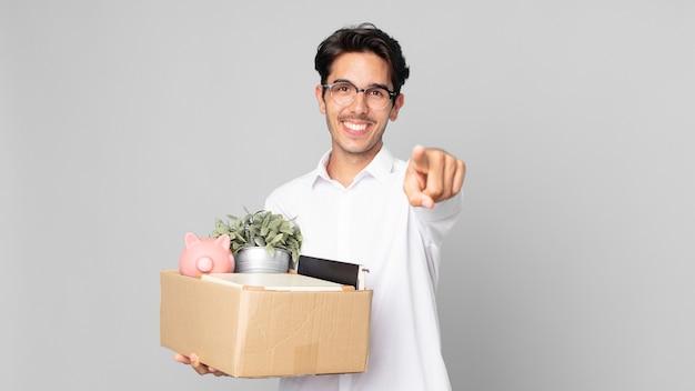 Jeune homme hispanique pointant vers la caméra en vous choisissant. notion de licenciement