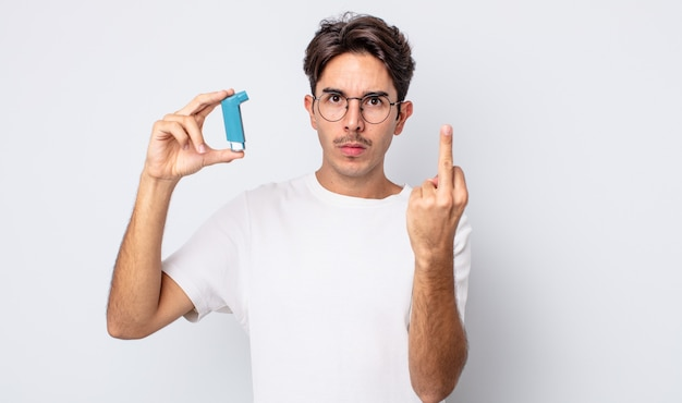 Jeune homme hispanique se sentant en colère, agacé, rebelle et agressif. notion d'asthme