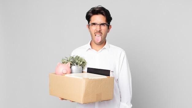 Jeune homme hispanique se sentant dégoûté et irrité et tirer la langue. notion de licenciement